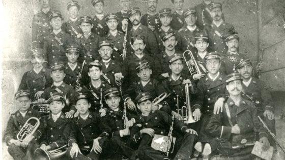 Tifo da stadio e lezioni di solfeggio in bottega: la storia (secolare) delle bande musicali in Puglia
